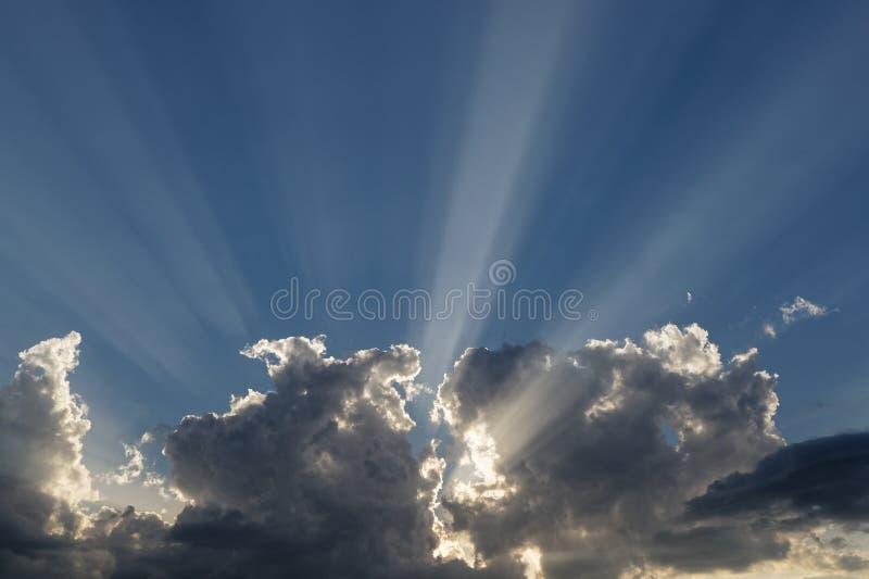 Ray van de zon door de wolken stock afbeelding