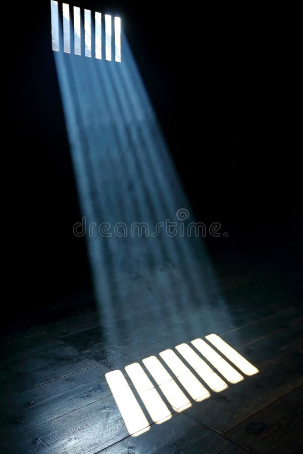 Ray van licht op donkere houten vloer royalty-vrije stock foto's