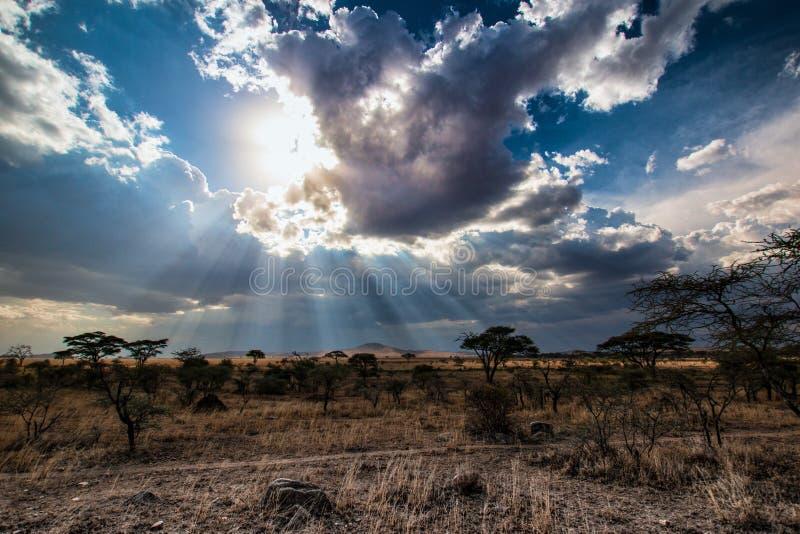 Ray van zonlicht achter wolken royalty-vrije stock foto