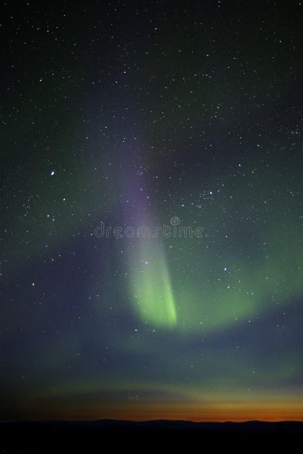 raya Verde-púrpura de la aurora sobre el horizonte crepuscular. Muchas estrellas foto de archivo libre de regalías
