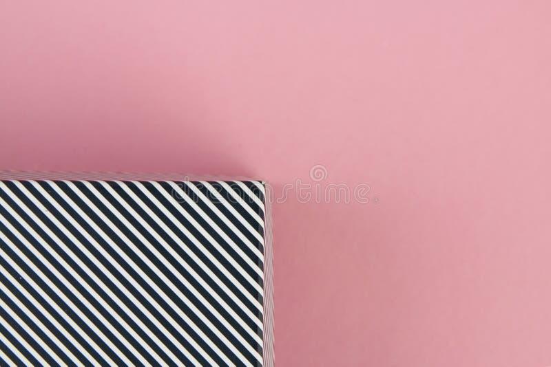 Rayas blancos y negros diagonales en fondo rosado en colores pastel imagen de archivo libre de regalías