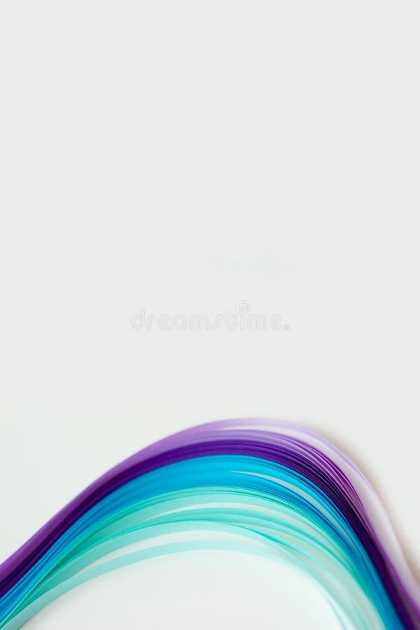 Rayas de papel coloridas en el fondo blanco; el extracto alinea el backg imagen de archivo