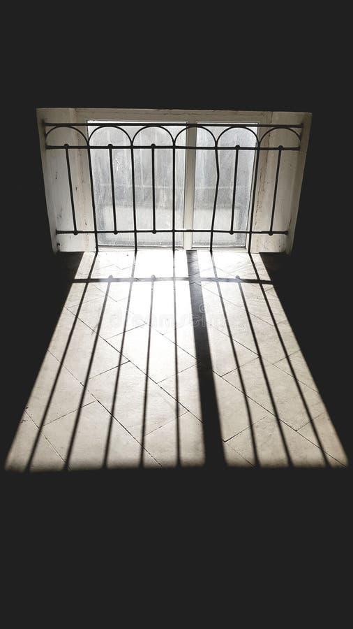Rayas del rayo de sol en el piso tejado de piedra fotografía de archivo libre de regalías