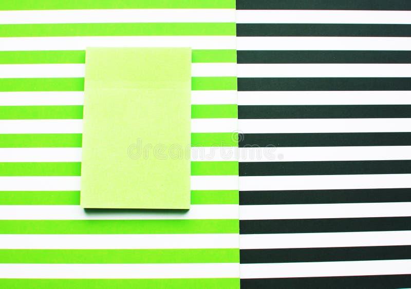 Rayas rayadas del fondo, verdes y blancas y blancos y negros Etiqueta engomada para los postes imagen de archivo
