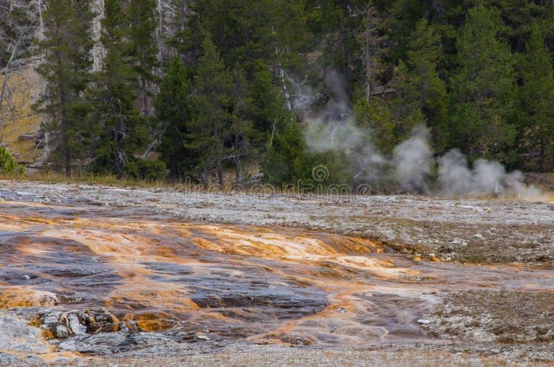 Rayas y azufre anaranjados en el parque nacional de Yellowstone imagen de archivo
