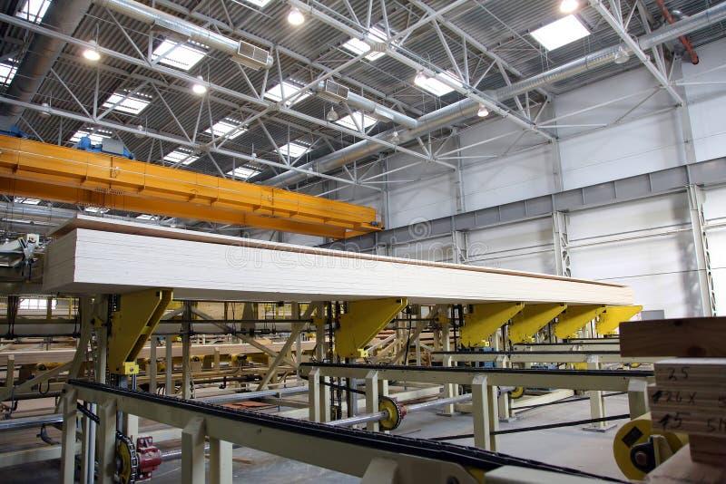 Rayez pour traiter le bois à l'usine de travail du bois et de meubles image stock
