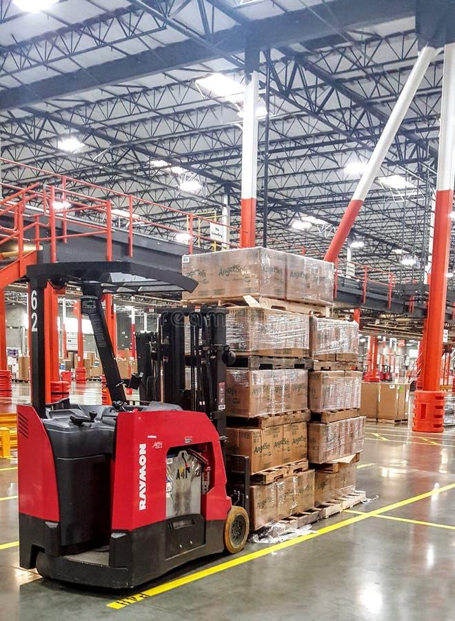 Raymond Forklift ha parcheggiato dentro il centro di distribuzione di vendita al dettaglio di Home Depot fotografia stock