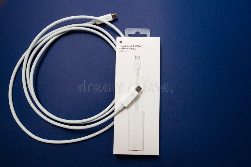 Rayo 2 a 3 adaptador y cable del rayo por Apple Comput foto de archivo libre de regalías