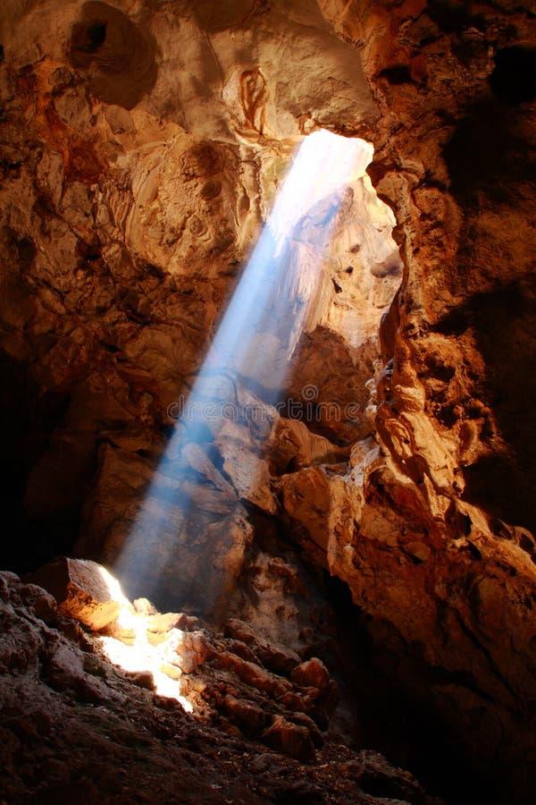 Rayo agradable del sol en cueva fotografía de archivo