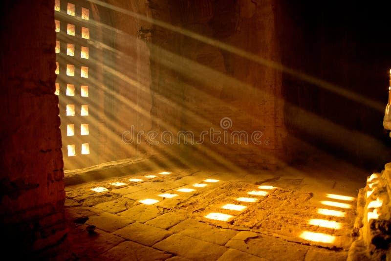 rayo de la luz dentro de la pagoda fotografía de archivo