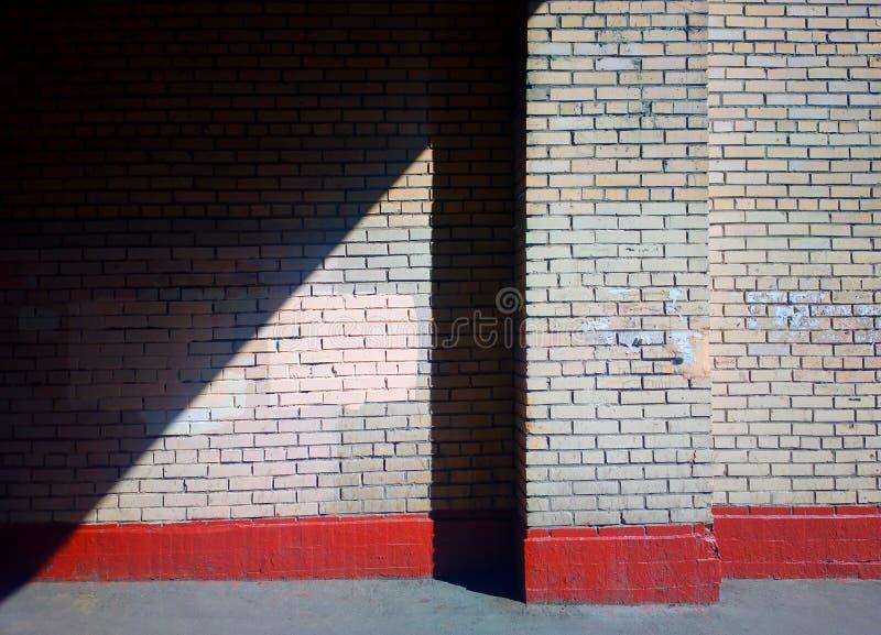 Rayo de la luz diagonal en fondo de la pared de la ciudad foto de archivo libre de regalías