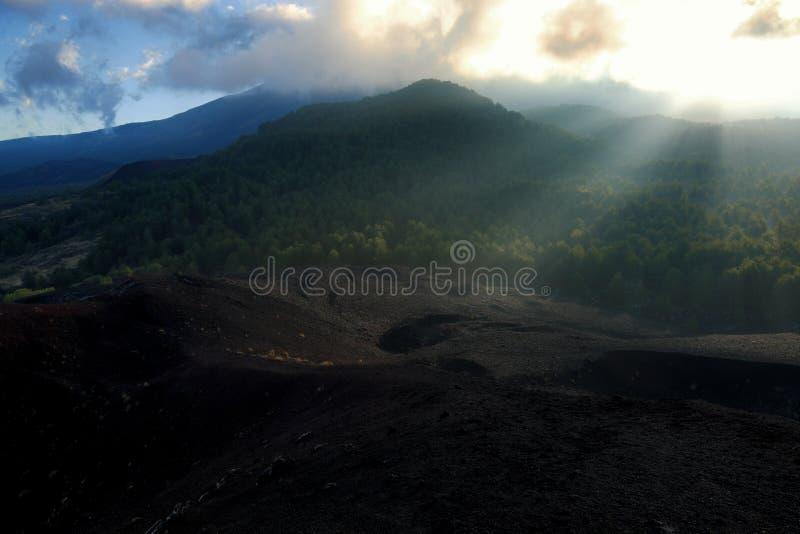 Rayo de la luz dramático en paisaje volcánico imagenes de archivo