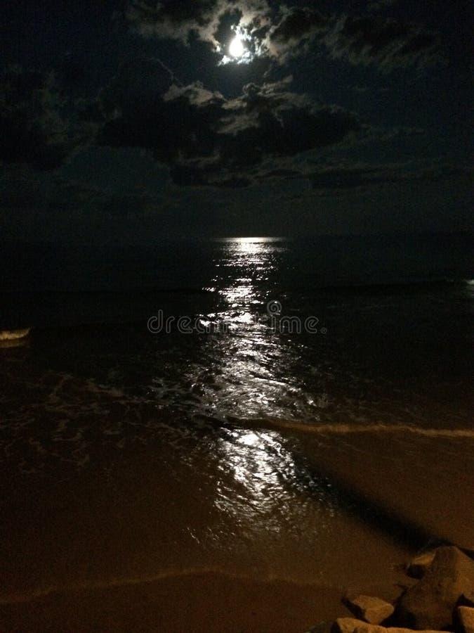 Rayo de luna en la playa imagen de archivo