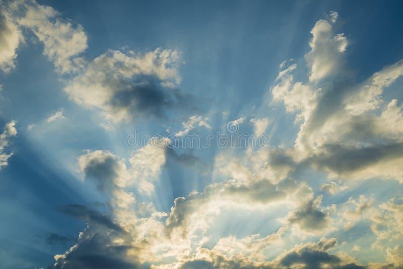 Rayo de sol a través de las nubes en el cielo azul: puede ser utilizado como fondo imagen de archivo