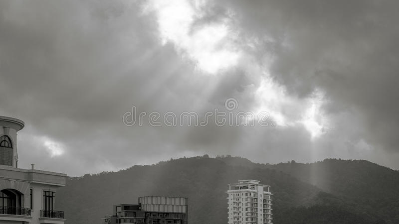 Rayo de Sun que brilla a través de las nubes imagen de archivo