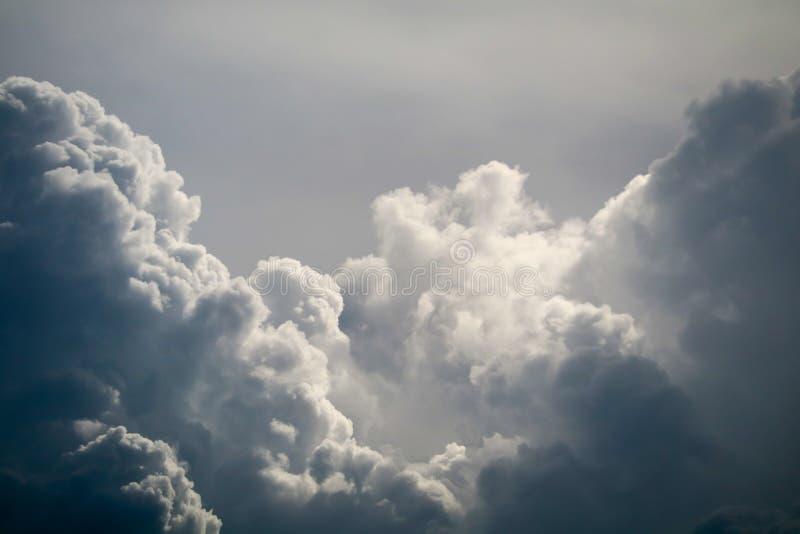 rayo del sol de la nube del mont?n de la silueta de la tormenta en nube oscura del skyscape gris foto de archivo