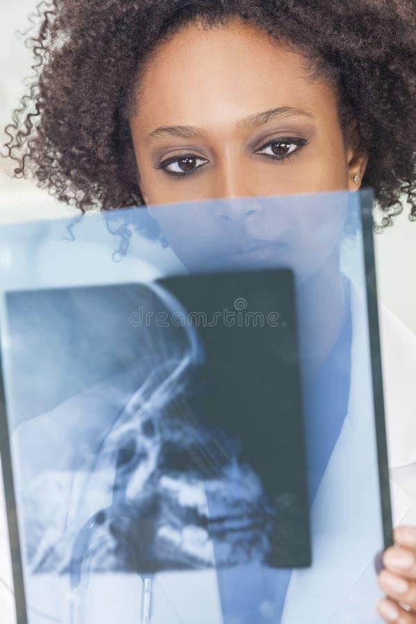 Rayo femenino del doctor X de la mujer del afroamericano imágenes de archivo libres de regalías