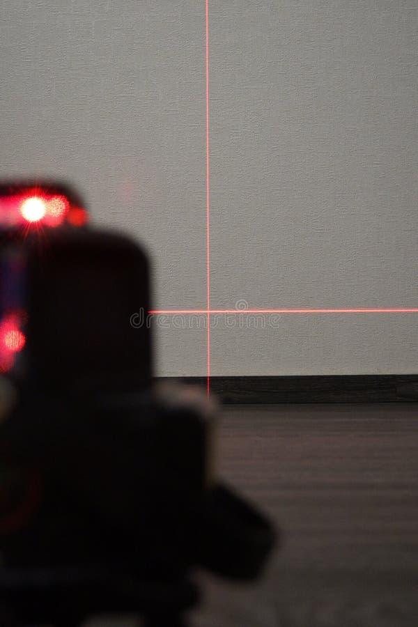 Rayo láser rojo en una pared blanca imagen de archivo libre de regalías