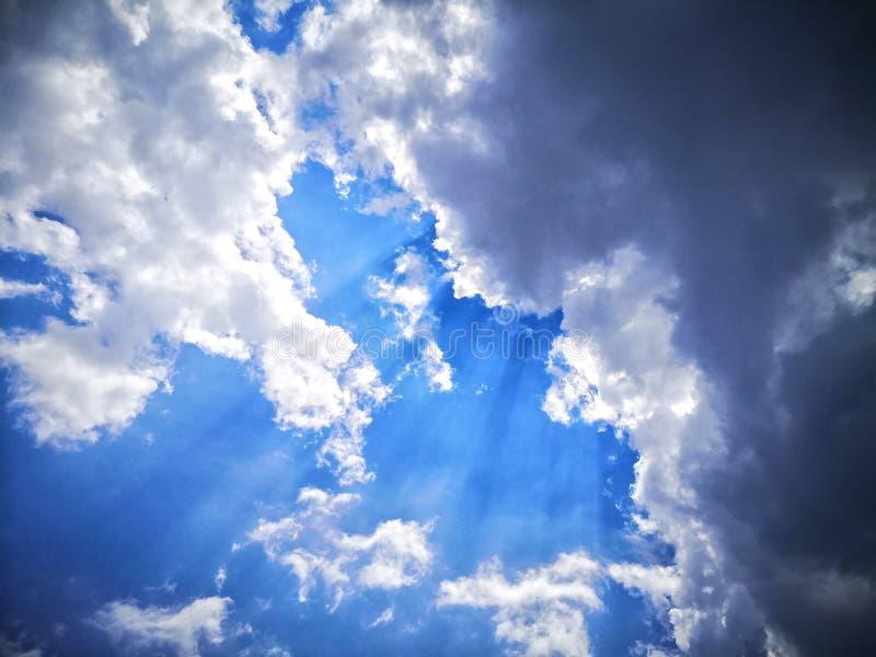 Rayo solar desde el cielo fotos de archivo