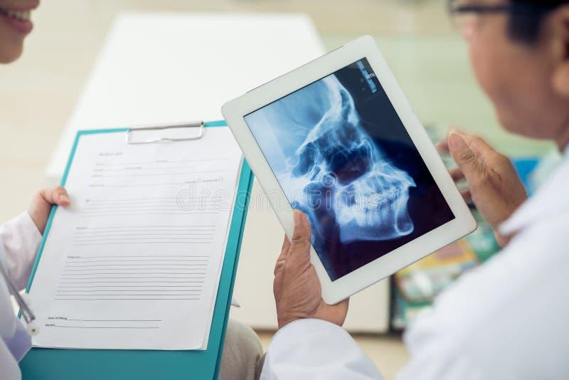 Rayon X de crâne image stock