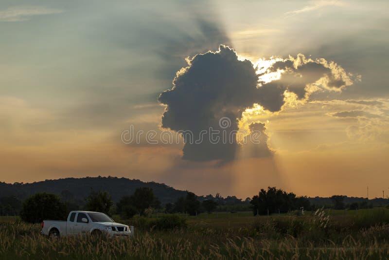 Rayon de lumière étonnant de nuage principal humain et de soleil de forme dans le tha de saraburi image libre de droits