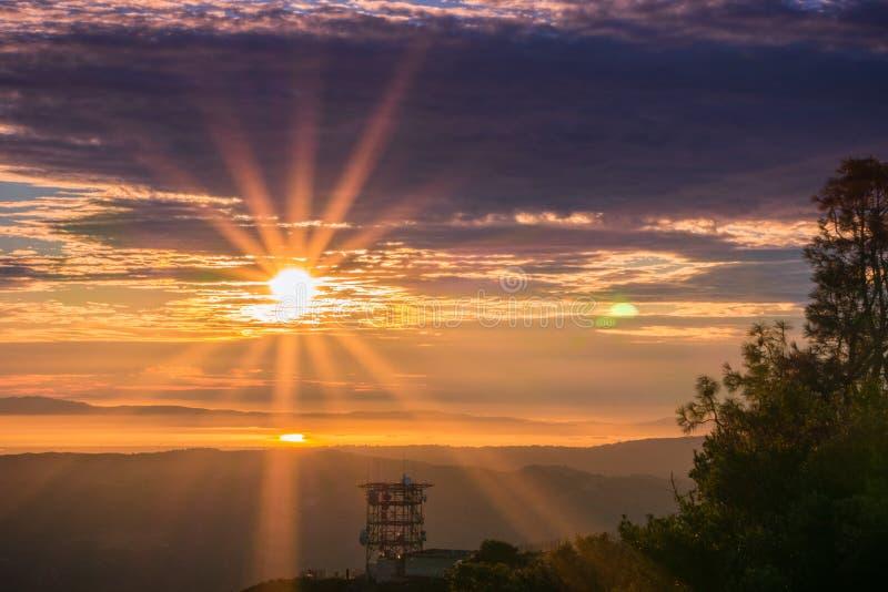 Rayon de soleil au-dessus de San Francisco Bay comme vu du sommet de Mt Diablo photos stock