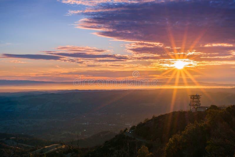 Rayon de soleil au-dessus de San Francisco Bay comme vu du sommet de Mt Diablo photos libres de droits