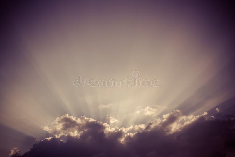 Rayon de soleil - fond de ciel de vintage images stock