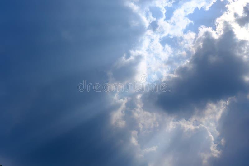 Rayon de soleil, lumière du soleil à travers le brouillard, nuage sur le ciel bleu Nuage avec rayons du soleil photographie stock