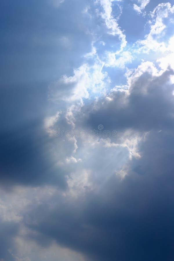Rayon de soleil, lumière du soleil à travers le brouillard, nuage sur le ciel bleu Nuage avec rayons du soleil photos libres de droits