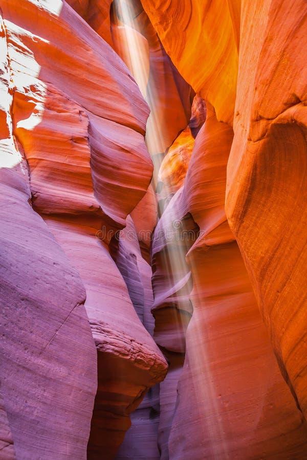 Rayon de soleil magique en canyon multicolore d'antilope photo stock