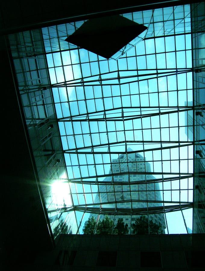 Rayon de soleil par la glace d'immeuble de bureaux photo libre de droits