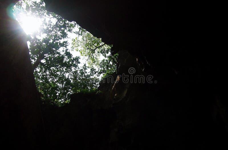 Rayon du soleil de faisceau du soleil de caverne de spéléologie avec le fond foncé image libre de droits