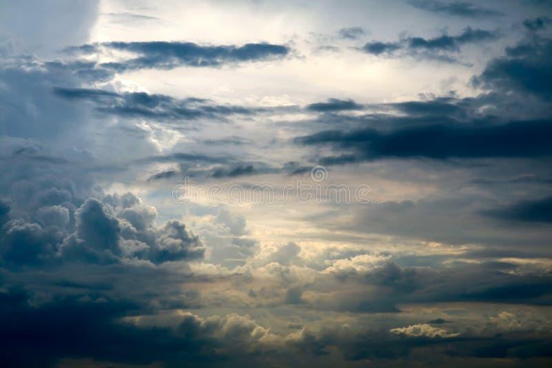 rayon du soleil de nuage de tas de silhouette de tempête en nuage foncé de ciel gris photo stock