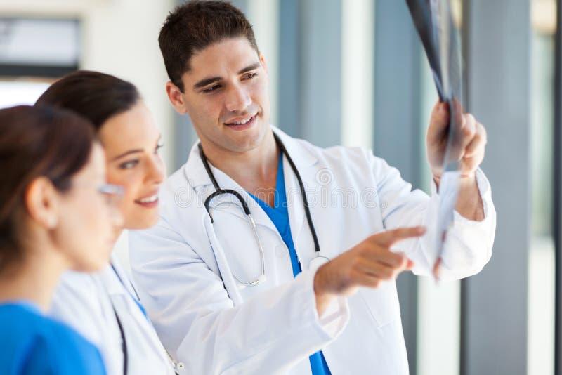 Rayon X médical d'ouvriers image libre de droits