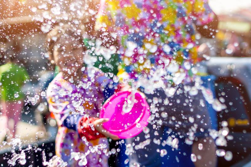 Rayong, Tailândia, 15 de abril de 2019 - A garota gosta de jogar água no dia do festival Songkran fotografia de stock