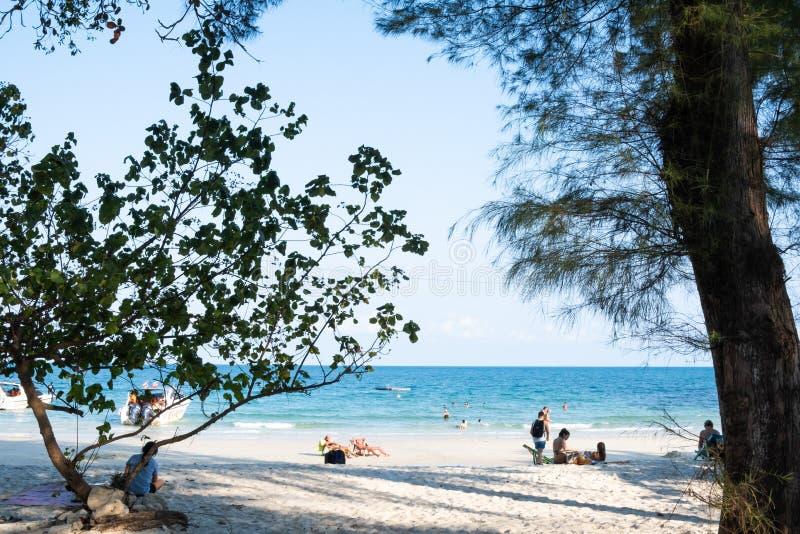 Rayong, Tailândia - 31 de março de 2019: Vista da baía de Tubtim, essa da praia bonita e calma na ilha de Samed, o parque naciona foto de stock