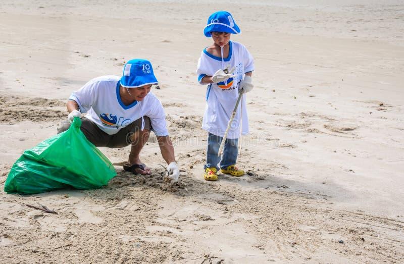 Rayong, Tailândia: 15 de setembro de 2012. Limpeza não identificada dos povos imagem de stock