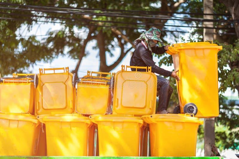 RAYONG, TAILÂNDIA 15 DE OUTUBRO DE 2017: pilha de escaninhos waste amarelos no parque público fotos de stock royalty free