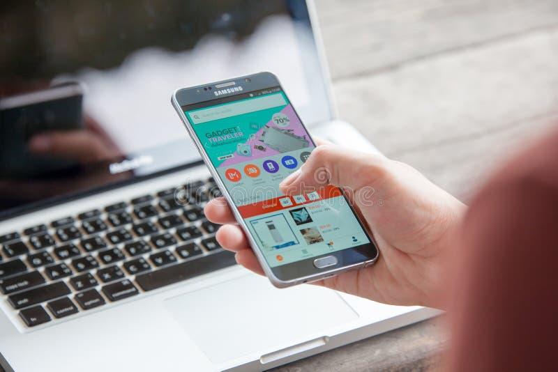 Rayong TAILANDIA - 14 agosto 2018: lo schermo dello smartphone, lazada è fotografia stock libera da diritti