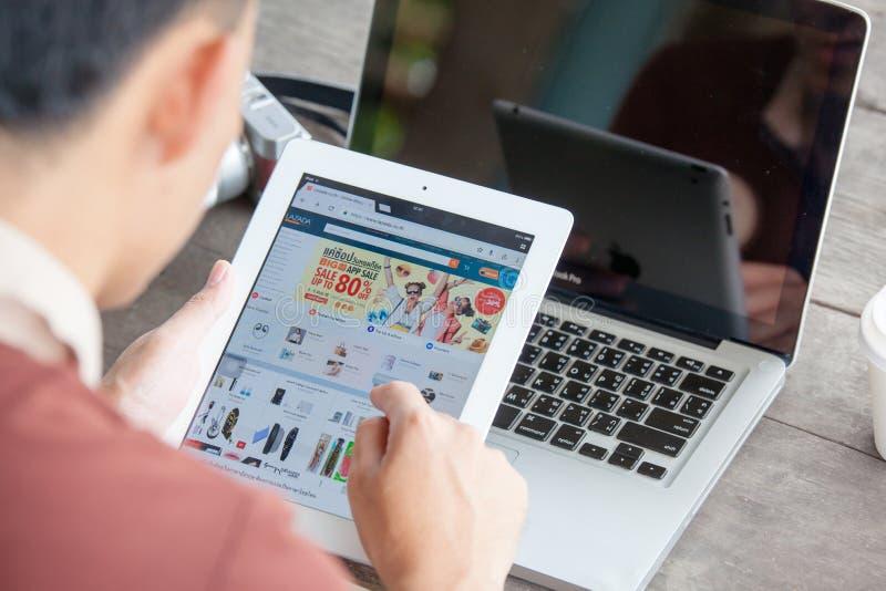 Rayong TAILANDIA - 14 agosto 2018: lo schermo dello smartphone, lazada è immagini stock