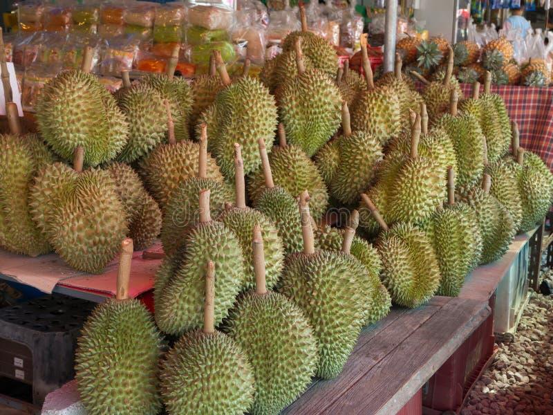 RAYONG, TAILANDIA APRILE 2017: Gruppo di Durian maturo su Shel di legno immagini stock
