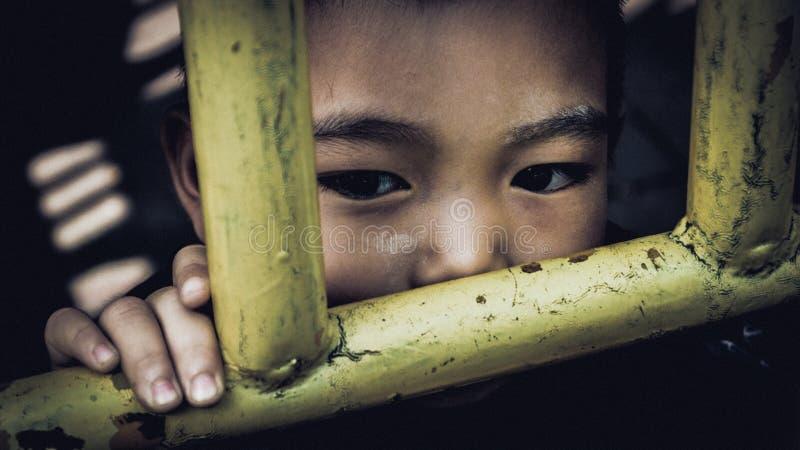 Rayong, Tailandia - 18 de abril de 2017: Los ojos de niños tailandeses están mirando algo con esperanza fotografía de archivo libre de regalías