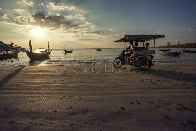 RAYONG TAJLANDIA, NOV - 27,2015: niezidentyfikowana tajlandzka rodzinna jazda zdjęcie stock