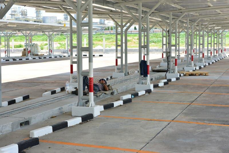 Rayong Thaïlande là sont le 21 juin 2019 les gens dormant dans le stationnement de voiture Voiture se garant beaucoup avec les ar image stock