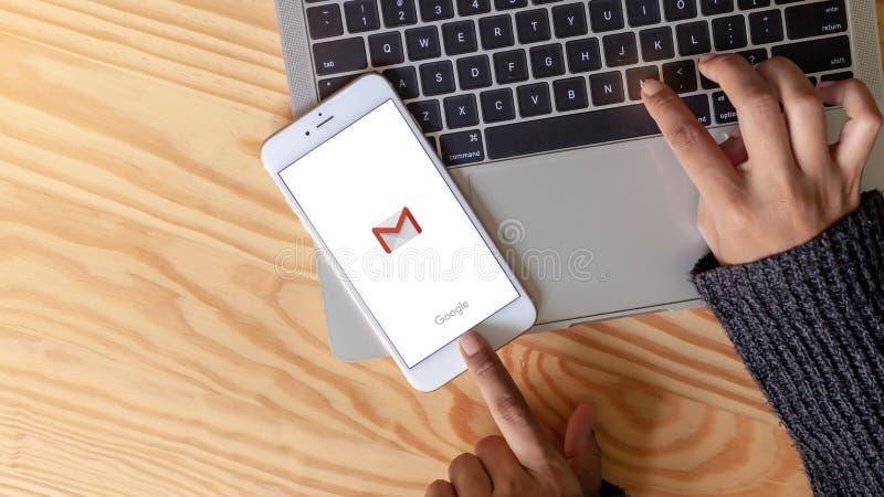 Rayong, THAÏLANDE, le 20 mai 2019 : Une main de femme tenant les icônes sociales de réseaux de logo d'appli de gmail montrant sur photo stock