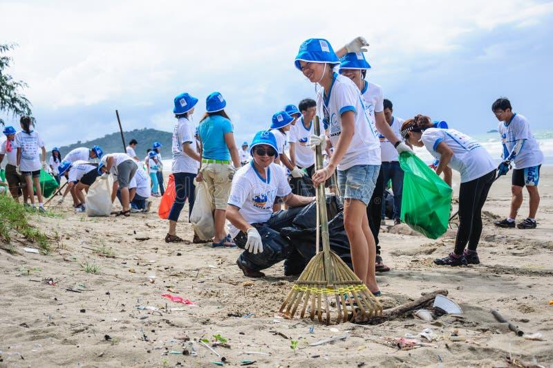Rayong, Thaïlande : Le 15 septembre 2012. Nettoyage non identifié de personnes image stock