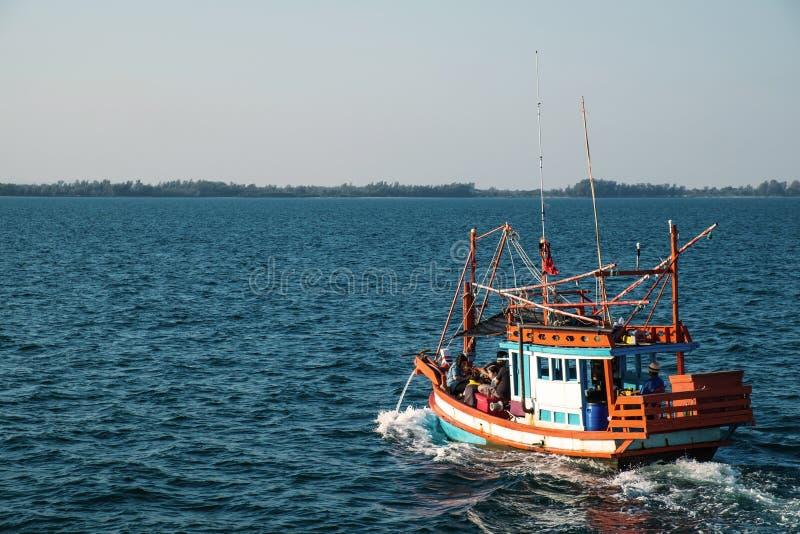 RAYONG, THAILAND - 2 januari - Niet geïdentificeerde vissersboot met het niet geïdentificeerde roeien van reizigerspassagiers op  royalty-vrije stock foto's