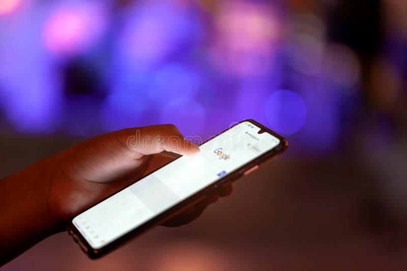 Rayong, Thailand - 18. Mai 2019 Ein Abschluss oben geschossen von einer Person, die das Google-Pixeltelefon in canid mit Licht ve lizenzfreie stockfotografie