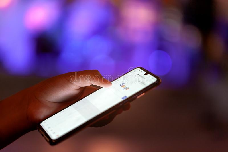 Rayong Thailand - Maj 18 2019 Ett slut upp skott av en person som använder den Google PIXELtelefonen i ett canid med ljus royaltyfri fotografi